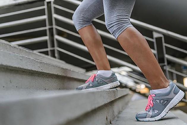 Leo cầu thang giảm mỡ bắp chân