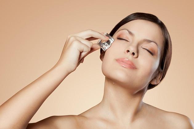 Massage mặt bằng đá giúp giảm mỡ mặt