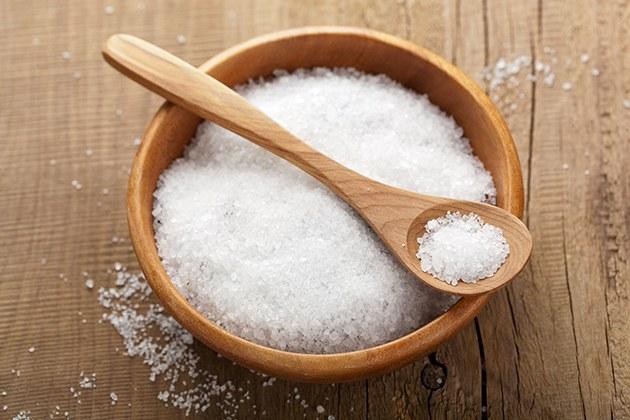 Massage mặt bằng muối giúp giảm mỡ mặt