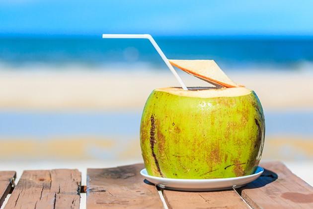 Uống dừa giảm nguy cơ mất nước