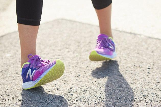 Đi bộ bằng gót chân giảm mỡ bụng