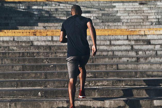 Đi bộ leo cầu thang giảm mỡ bụng